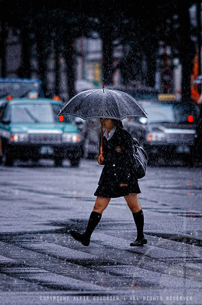 Schoolgirl braves Tokyo's rainy season