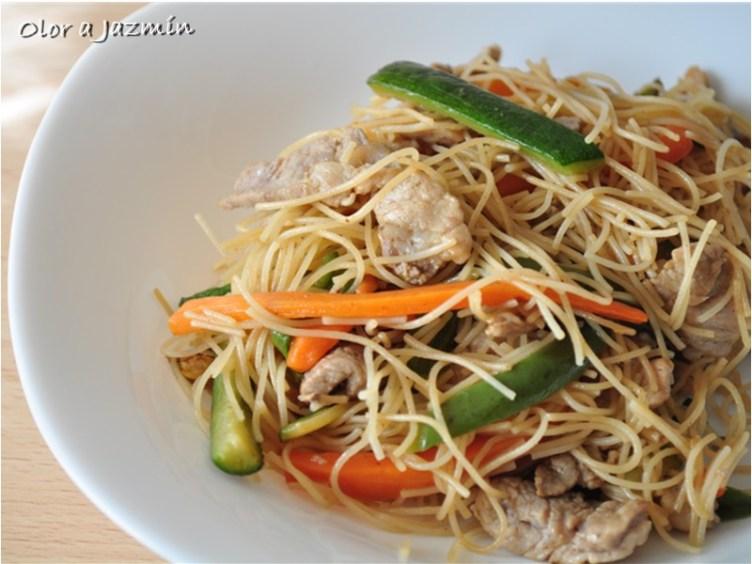 Fideos de arroz con cerdo y verduras