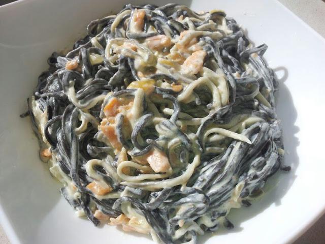Tagliatelles negros con salmón y gulas