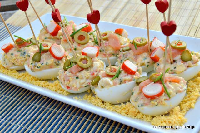 Huevos rellenos de salmón y surimi