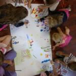 Gyerekek közösen rajzolnak