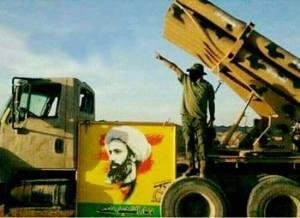 """صورة لحاملة صواريخ لاحدى الميليشيات مثبت عليها صورة المعمم الشيعي """"نمر النمر"""" على اطراف الفلوجة"""