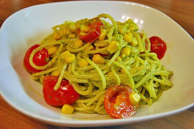Spaghetti mit Avocado-Basilikum-Pesto – Schnellnudel