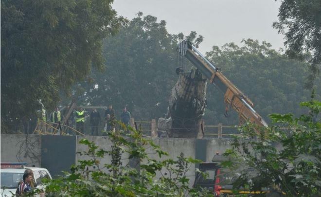 وفاة 10 أشخاص في تحطم طائرة اصطدمت بحائط في #الهند (1)