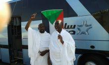 صورة لحجاج سودانيون يلوحون بعلم السودان في الأراضي المقدسة تحظي بإعجاب الكثيرين