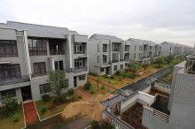 مليونير صيني يهدم أكواخ قريته ويبني منازل فاخرة لسكانها + صورة