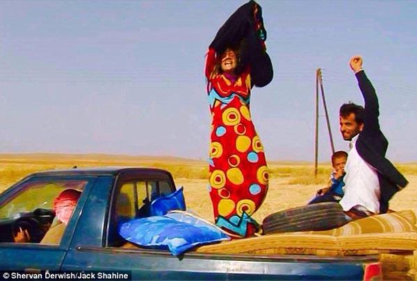 كردية تخلع الأسود احتفالاً بنجاتها من داعش