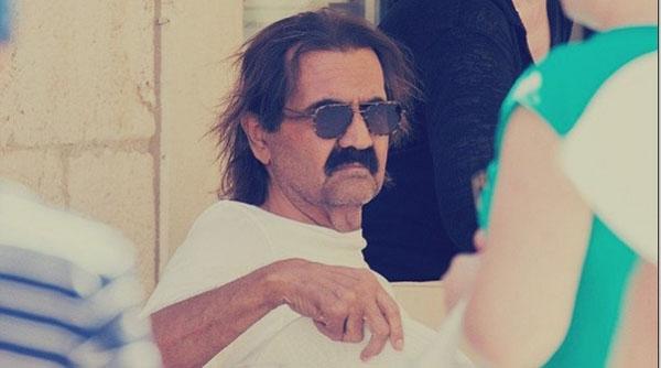 أمير قطر بملابس غريبة