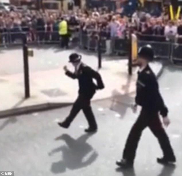 شاهد شرطية بريطانية ترقص في الشارع