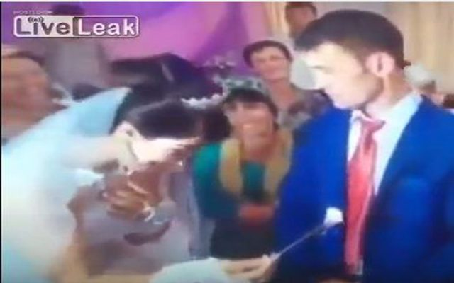 عريس ينفعل على عروسته