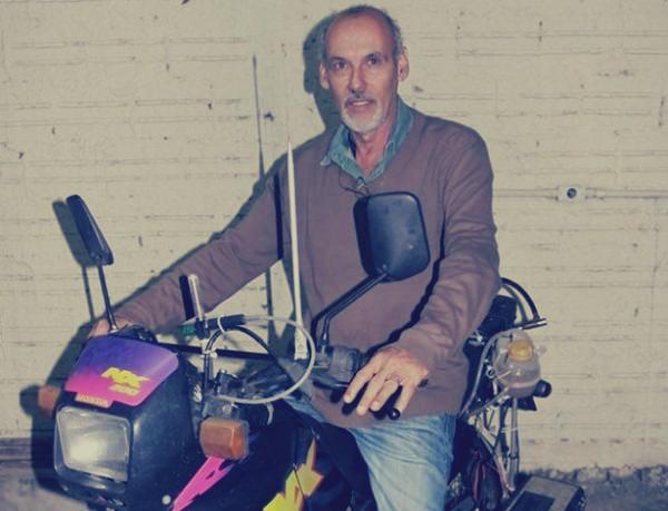 يبتكر دراجة نارية