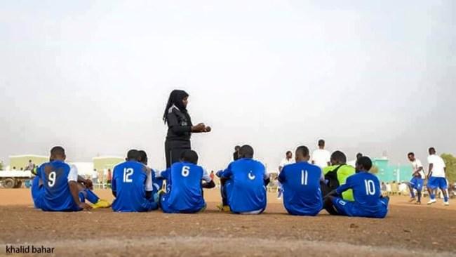 صور سيدة سودانية تدرب فريق كرة قدم رجالي بامدرمان تشعل فيسبوك %D8%B3%D9%84%D9%85%D9%89-%D8%A7%D9%84%D9%85%D8%A7%D8%AC%D8%AF%D9%8A5