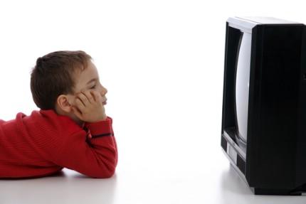 مشاهدة التلفاز طفل
