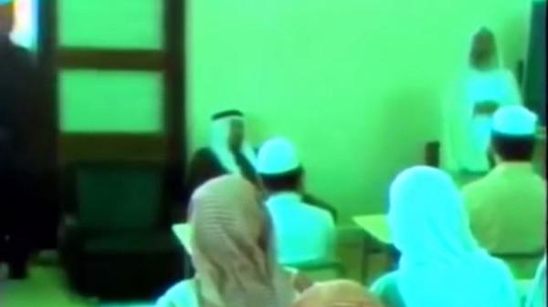 الملك خالد والملك عبدالله يحضران درسا قرآنيا