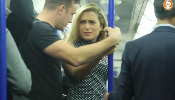 تصرف راكب عندما شاهد امرأة تعرضت للتحرش
