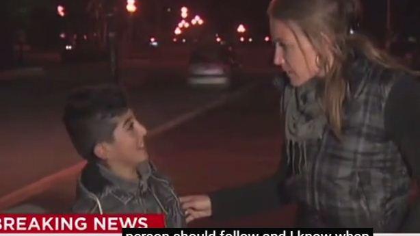 مراسلة قناة CNN الأمريكية تقطع تقريرها على الهواء للتحدث مع طفل لاجئ