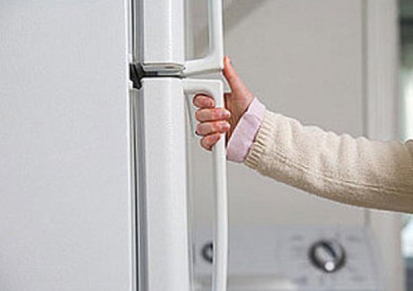 موقف محرج عند فتح باب الثلاجة
