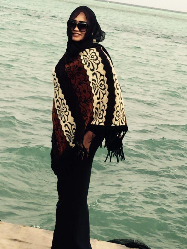 الصحفية فاطمة الصادق تواصل هوايتها بزيارة البحار