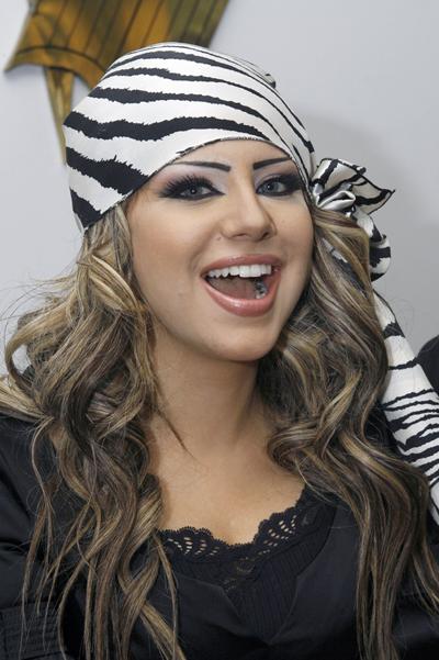 المذيعة السودانية نسرين النمر تخطف الأضواء من المذيعة الكويتية حليمة بولند والسبب ابتسامتها البراقة