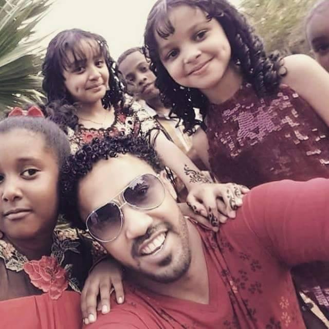 """الفنان أحمد الصادق يلتقط سيلفي مع الأطفال وجمهوره يتفاخر """"يحبك الكبار والصغار يا إمبراطور"""""""