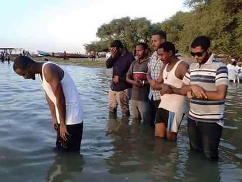 غضب إسفيري كبير علي شباب سودانيون يستهزئون بالصلاة داخل مياه البحر