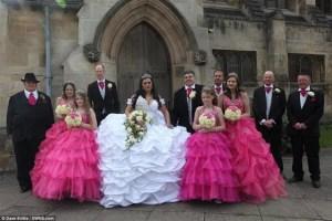 ارتدت عروس يبلغ طولها 160سم فستان زفاف وزنه 63 كيلو جراما والذي صممته بنفسها 1