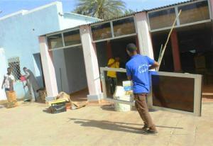 سواعد طلابية تعمرّ منزل والي شرق دارفور الذي تعرض إلى حريق