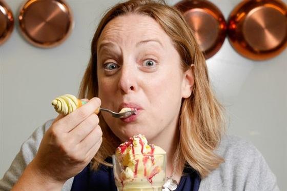 سيدة - ايسكريم - طعام -اكل