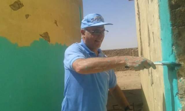 السفير البريطاني بالسودان يرد الجميل للمدرسة التي عمل بها ويساعد في طلائها رفقة زوجته بنهر النيل