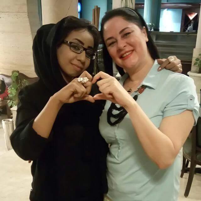 تعرف علي الممثلة المصرية التي ظهرت مع الفنانة السودانية نسرين هندي في هذه الصورة..أين التقت بها؟ وما هي أبرز أعمالها السينمائية؟