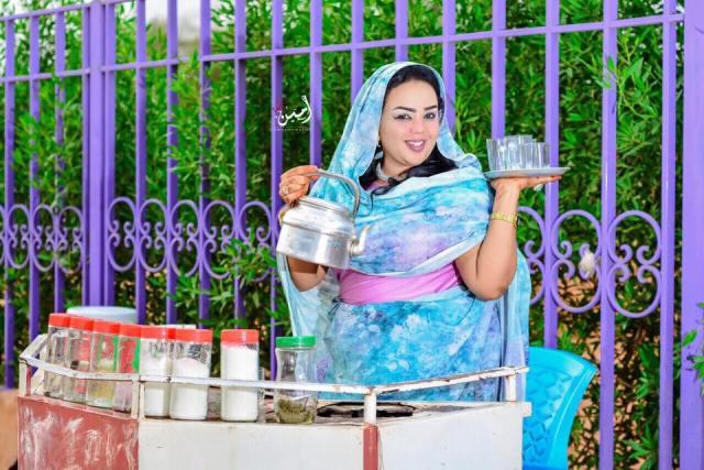 الفنانة الجماهيرية ندى القلعة تباشر عملها كبائعة شاي وسط الخرطوم