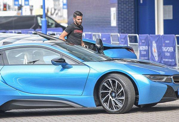 رئيس ليستر سيتي الإنجليزي يكافئ لاعبيه بـ19 سيارة فارهة