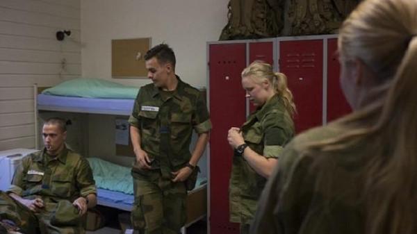 مجندات الجيش النرويجي تنام في مكان واحد مع الجنود