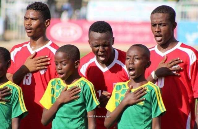 """لاعبو منتخب السودان للناشئين يغنون قبل انتصارهم على زامبيا بلحظات """"الراجل الحمش فوق الجمر بمش"""""""