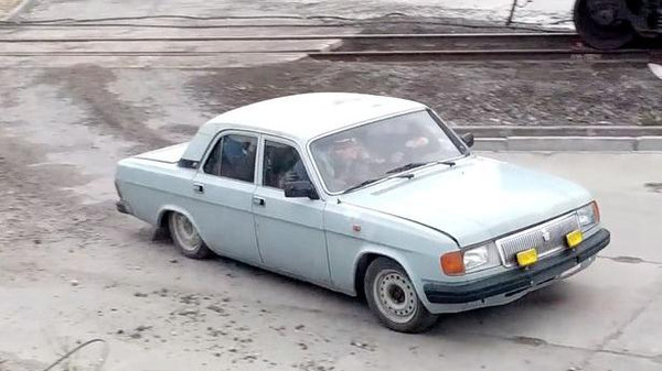 خمّن كم عدد العمال الذين تقلهم هذه السيارة؟!