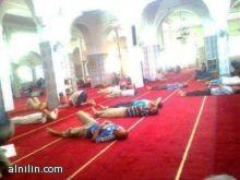شيخ يصيح باعلى صوته بعد صلاة التراويح : مساجدنا اصبحت غرفة نوم كبيرة