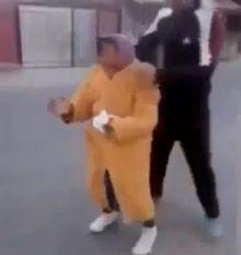 بالفيديو: إهانة شباب رومانيين لسيدة عجوز يثير سخط العالم