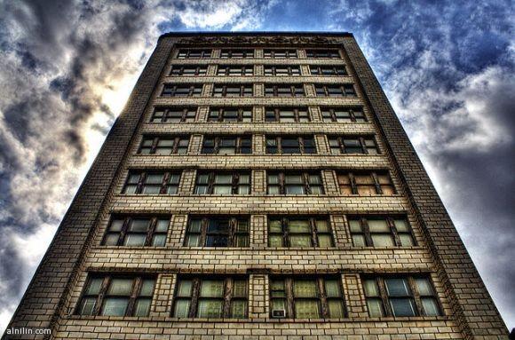 داون تاون - مبنى وسط المدينة - هذا المبنى يحتوي على مقهى شعبي في الجزء السفلي منه - نيويورك