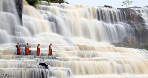 سحر الطبيعة شلال المياه بونغور في فيتنام، حيث تتساقط المياه من علو 25 متراً على الأرض وتشكل أروع المناظر الطبيعية