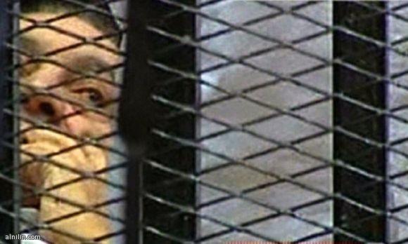 حسني مبارك داخل قفص المحكمة حيث تبث المحاكمات على الهواء مباشرة 3-8-2011