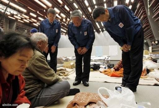 مسؤولو مؤسسة كهرباء طوكيو ينحنون اعتذارا امام نازحين في مخيم في كورياما. في منطقة فوكوشيما