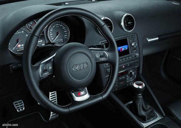 مقصورة القيادة لسيارة AUDI S3  - أنيقة ومتناسقة باللون الأسود