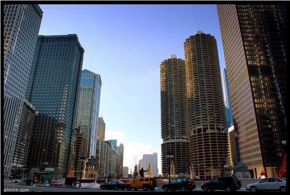 مدينة مارينا عبارة عن مجمع من برجين 60 طوابق بني في 1964وهو مجمع للشقق، ومرافق الترفيه والمكاتب والمطاعم والبنوك ومسرح - شيكاغو