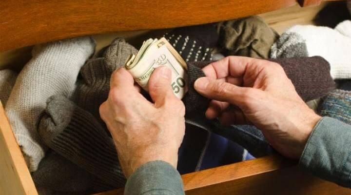Suspicacia. Escondiendo dinero medias