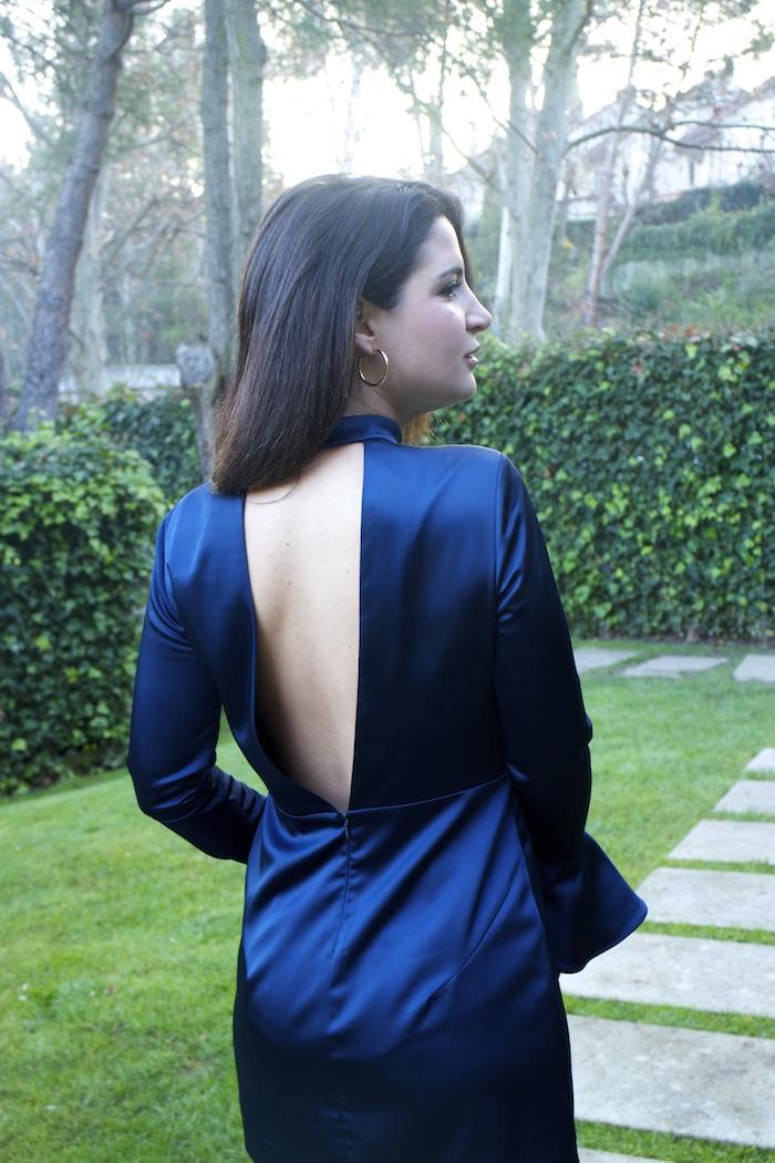 henry-london-embajadora-paula-fraile-vestido-escote-espalda-azul-bolso-loewe-amaras-la-moda8