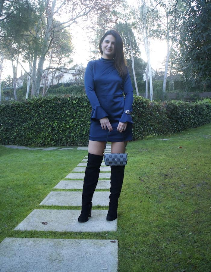 henry-london-embajadora-paula-fraile-vestido-escote-espalda-azul-bolso-loewe-amaras-la-moda9