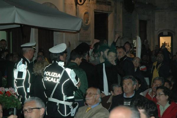 """Notevole è anche la reazione della curva quando dal palco, il conduttore della serata Carmine Festa, si lascia scappare """"L'Italia è stata comandata da uno che si chiama Genny 'a Carogna!"""". La reazione è scomposta e i ragazzi si avvicinano al palco per urlare il loro disappunto."""