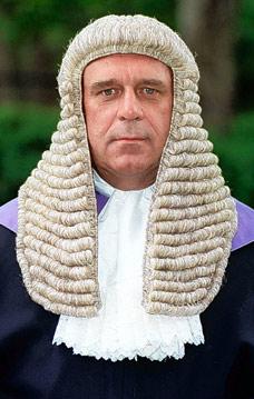 In Inghilterra i giudici formano una potentissima lobby di travestiti. Il pericolo è concreto.