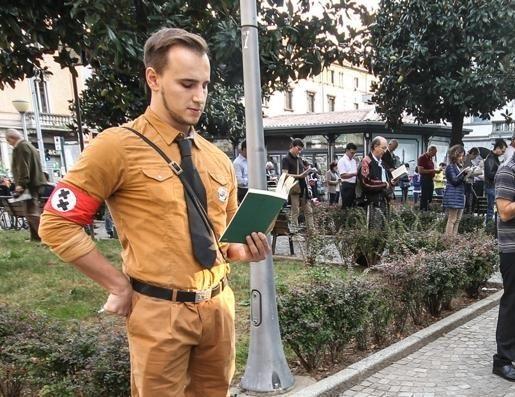 Questo ragazzo, come forma di contestazione, si è vestito da Grande dittatore, ma è stato portato via dalla Digos. Se fosse rimasto qualche altro minuto l'avrebbero fatto capo.