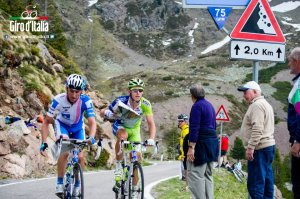 Il ciclista alla vostra sinistra legge l'oroscopo.